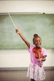 Ritratto della scolara sorridente che gioca violino in aula Fotografie Stock Libere da Diritti