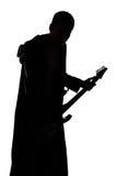 Ritratto della siluetta del giovane con la chitarra fotografia stock libera da diritti