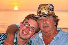 Ritratto della spiaggia di estate del figlio e del padre fotografia stock libera da diritti