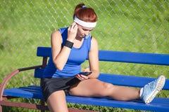 Ritratto della sportiva di rilassamento in attrezzatura all'aperto immagini stock libere da diritti