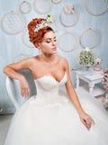 Ritratto della sposa della testarossa nell'interno Fotografia Stock