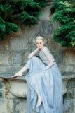 Ritratto della sposa di stordimento in bello vestito da sposa su sfondo naturale immagine stock libera da diritti