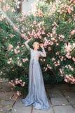 Ritratto della sposa di stordimento in bello vestito da sposa su sfondo naturale fotografie stock libere da diritti