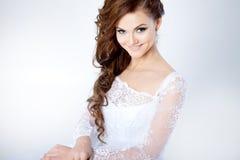 Ritratto della sposa felice in vestito da sposa, bianco Immagine Stock