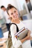 Ritratto della studentessa di college sorridente con i libri Fotografia Stock