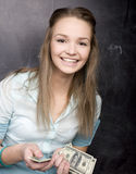Ritratto della studentessa sveglia con soldi ed il passaporto Immagine Stock Libera da Diritti