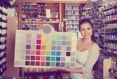 Ritratto della tavolozza del campione di colore della tenuta della giovane donna Immagine Stock Libera da Diritti