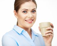 Ritratto della tazza di caffè sorridente della tenuta della donna di affari Fotografie Stock Libere da Diritti