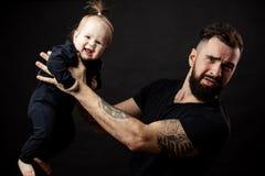 Ritratto della tenuta del padre sull'aria il suo bambino adorabile Fotografie Stock Libere da Diritti