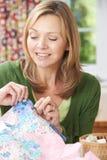 Ritratto della trapunta di cucito della donna a casa fotografia stock libera da diritti