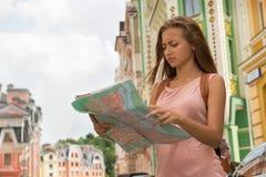 Ritratto della vita-su del viaggiatore abbastanza femminile sul Immagine Stock Libera da Diritti