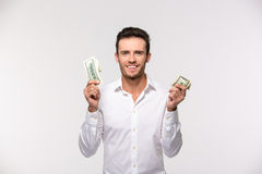 Ritratto delle banconote in dollari allegre di una tenuta dell'uomo Fotografia Stock