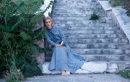 Ritratto delle bionde di una ragazza in retro vestito d'annata Immagine Stock
