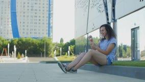 Ritratto delle bolle di salto della ragazza in parco archivi video