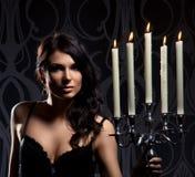 Ritratto delle candele dei giovani del brunette della holding della donna Fotografie Stock