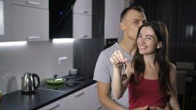 Ritratto delle chiavi d'agitazione delle coppie alla nuova casa archivi video