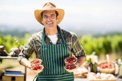 Ritratto delle ciotole sorridenti di una tenuta dell'agricoltore di fragole Fotografia Stock