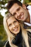 Ritratto delle coppie amorose felici all'aperto Immagini Stock Libere da Diritti