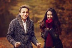 Ritratto delle coppie che godono dell'autunno dorato Immagini Stock