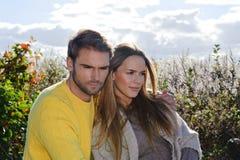 Ritratto delle coppie che godono della stagione di caduta dorata di autunno - cielo blu Fotografia Stock