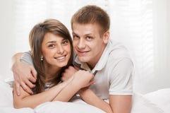 Ritratto delle coppie che si trovano a letto immagine stock libera da diritti