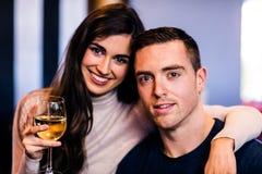 Ritratto delle coppie che tengono vetro di vino bianco Immagine Stock