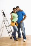 Ritratto delle coppie con la scaletta. Fotografia Stock