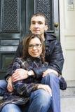 Ritratto delle coppie di amore che si siedono sul looki olandese tradizionale del portico Immagine Stock
