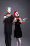 Ritratto delle coppie divertenti del mimo con i fronti bianchi e immagini stock libere da diritti