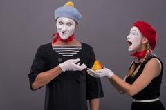 Ritratto delle coppie divertenti del mimo con i fronti bianchi e Fotografie Stock Libere da Diritti