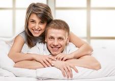 Ritratto delle coppie felici che si trovano a letto fotografia stock libera da diritti