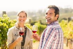 Ritratto delle coppie felici che tengono i bicchieri di vino Immagini Stock