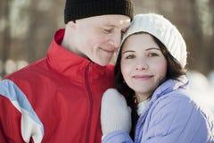 Ritratto delle coppie felici in inverno Fotografia Stock