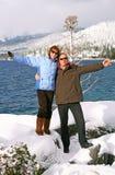 Ritratto delle coppie felici nelle montagne fotografia stock