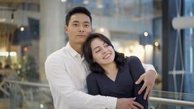 Ritratto delle coppie multietniche che abbracciano sul fondo del centro commerciale video d archivio