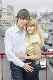 Ritratto delle coppie nell'amore sul ponticello Immagini Stock Libere da Diritti