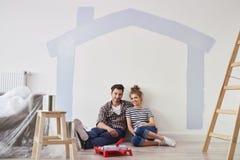 Ritratto delle coppie nella loro nuova casa fotografia stock