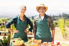 Ritratto delle coppie sorridenti dell'agricoltore Immagini Stock Libere da Diritti