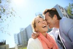 Ritratto delle coppie sorridenti felici all'aperto Fotografie Stock Libere da Diritti