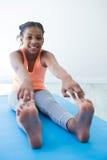 Ritratto delle dita del piede commoventi della ragazza mentre esercitandosi Fotografia Stock