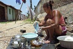 Ritratto delle donne brasiliane quando lavano i piatti fotografia stock