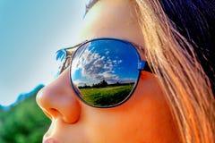 Ritratto delle donne con gli occhiali da sole fotografia stock