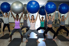 Ritratto delle donne sorridenti che si esercitano con la palla di forma fisica Fotografie Stock Libere da Diritti