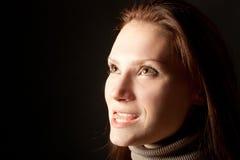 ritratto delle donne sorridenti enigmatiche su un Ba nero Fotografie Stock