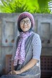 Ritratto delle feccie d'uso del cappuccio e della seta della lana della donna asiatica di anni 40s fotografia stock libera da diritti
