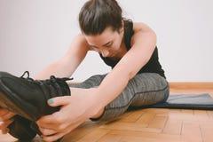 Ritratto delle gambe streching della donna di sport Fotografie Stock