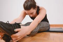 Ritratto delle gambe streching della donna di sport Fotografia Stock Libera da Diritti