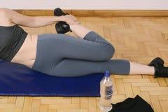 Ritratto delle gambe streching della donna di sport Immagine Stock