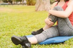 Ritratto delle gambe streching della donna di sport Immagini Stock Libere da Diritti
