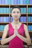 Ritratto delle giovani donne che fanno yoga con le mani afferrate insieme, esaminante macchina fotografica Immagini Stock